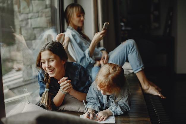 Mãe com filhas em casa