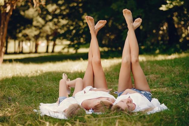 Mãe com filhas em um parque
