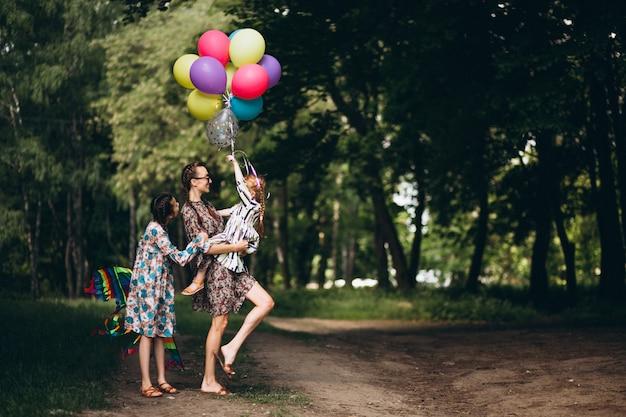 Mãe, com, filhas, parque