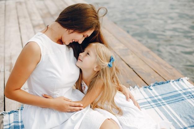 Mãe, com, filhas pequenas
