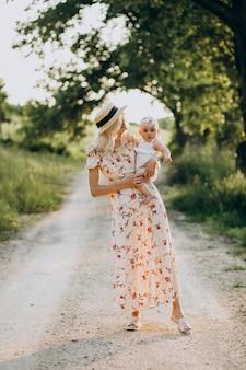 Mãe com filhinha no parque