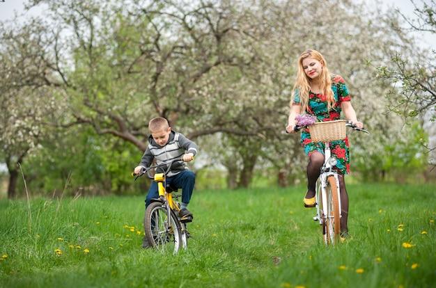 Mãe, com, filho, bicicletas equitação
