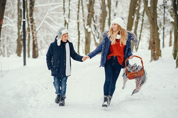 Mãe com filho bonito em um inverno oark