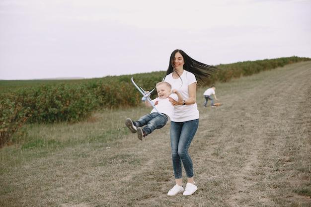 Mãe com filho brincando com avião de brinquedo