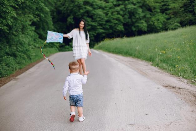 Mãe com filho brincando em um parque de verão