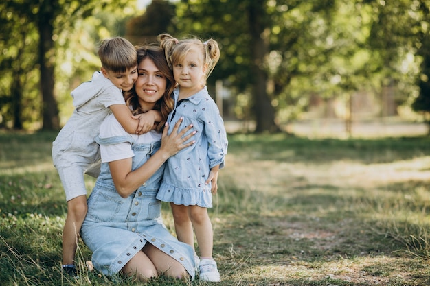 Mãe com filho e filha se divertindo no parque