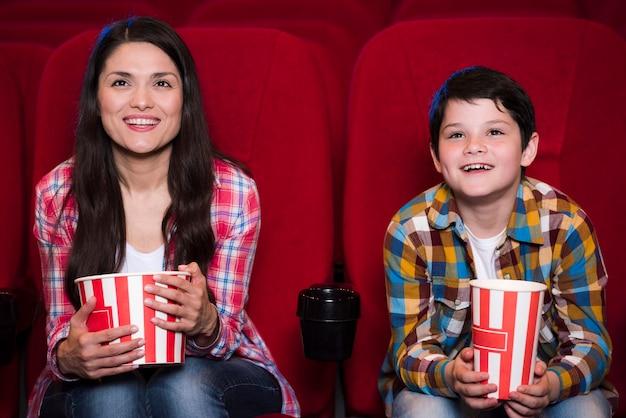 Mãe, com, filho, em, cinema