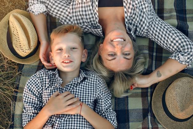 Mãe com filho em um campo de verão