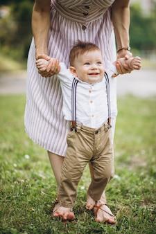 Mãe com filho pequeno da criança no parque