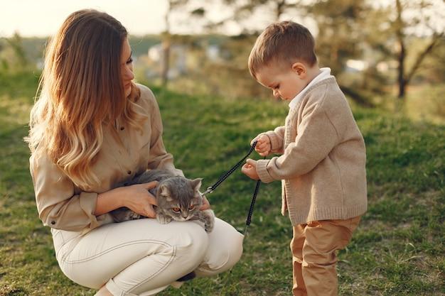 Mãe com filho pequeno jogando em um campo de verão