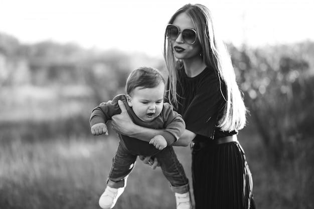 Mãe com filho pequeno junto no parque