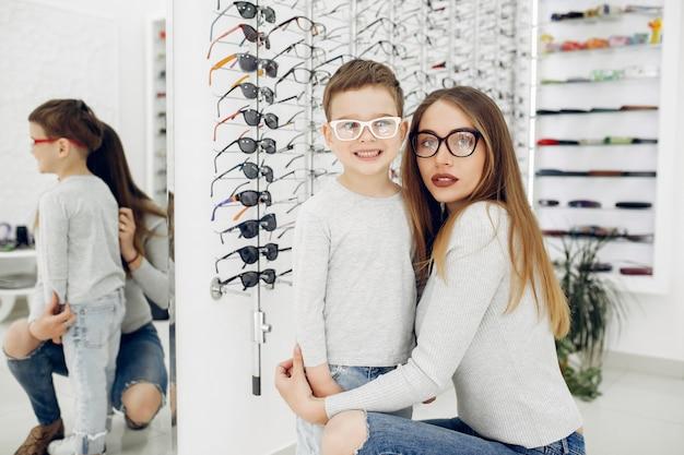 Mãe com filho pequeno na loja de óculos