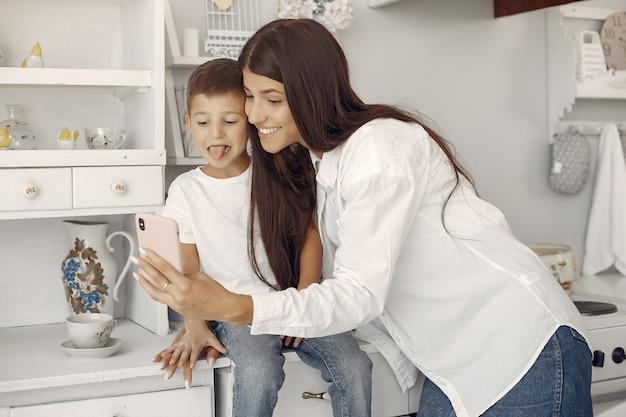 Mãe com filho se divertindo em casa