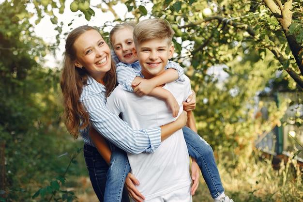 Mãe com filhos bonitos em um parque primavera