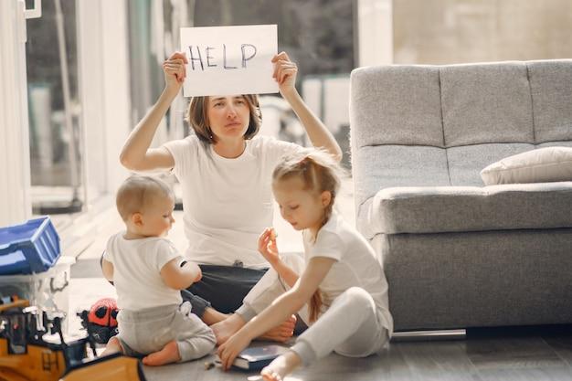 Mãe com filhos fica em casa em quarentena