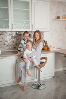 Mãe com filhos na cozinha