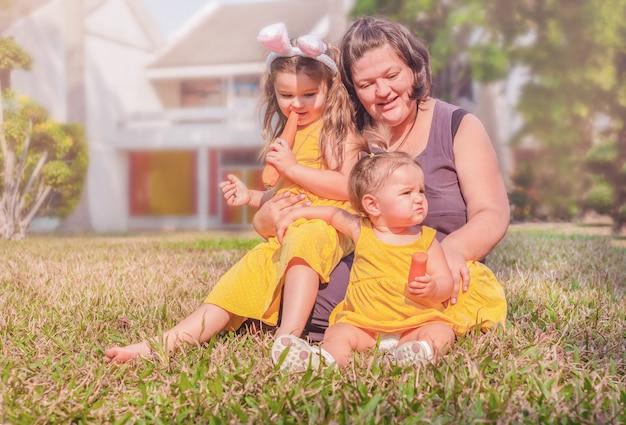 Mãe com filhos na grama. família feliz para um passeio.