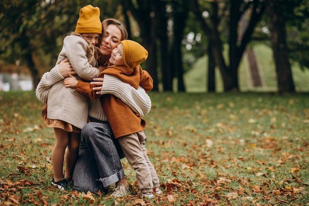 Mãe com filhos se divertindo no parque