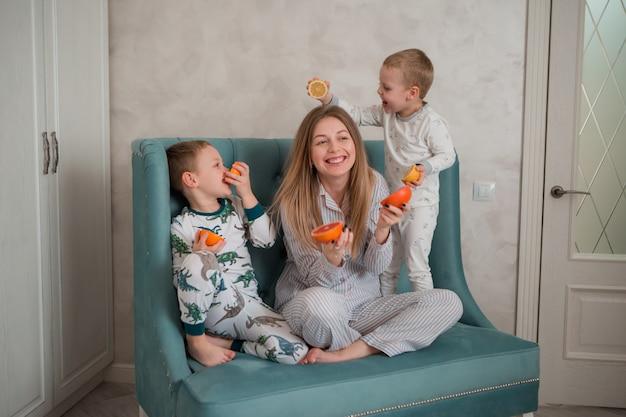 Mãe com filhos tomando café da manhã