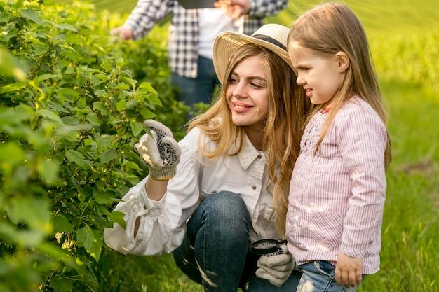 Mãe com menina na fazenda