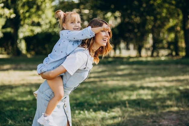 Mãe com menina se divertindo no parque