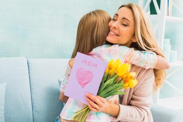 Mãe, com, presentes, abraçar, filha