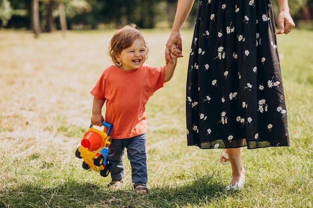 Mãe com seu filho pequeno junto no parque