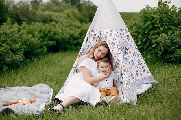 Mãe com sonplaying em um campo de verão