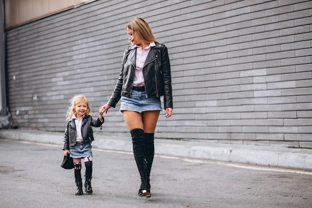 Mãe com sua filha bebê fora da rua