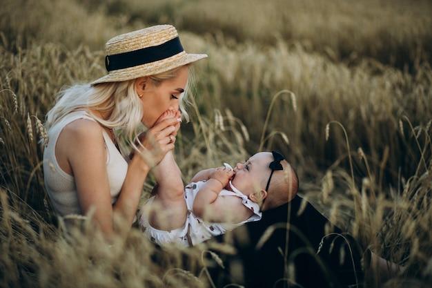 Mãe com sua filha pequena no campo