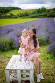Mãe com sua filhinha no fundo do campo de lavanda na república tcheca