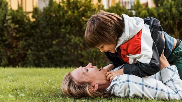 Mãe com tiro médio segurando criança