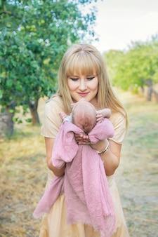 Mãe com um bebê recém-nascido nos braços. foco seletivo. pessoas.