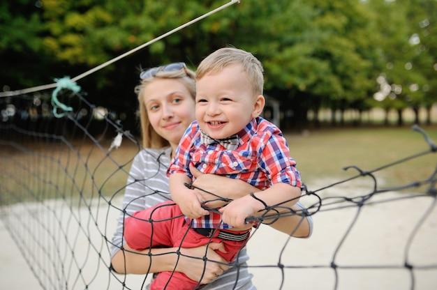 Mãe com uma criança brincando com rede de vôlei