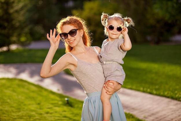 Mãe com uma criança com óculos de sol