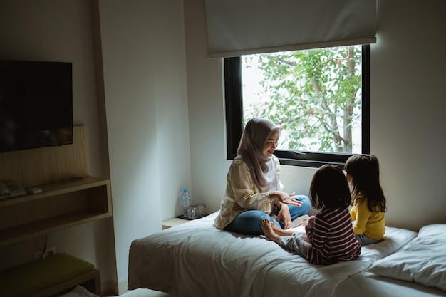 Mãe conta histórias para as filhas