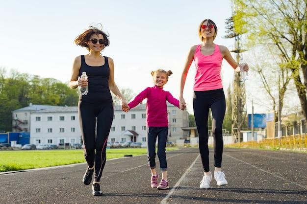 Mãe correndo e duas filhas