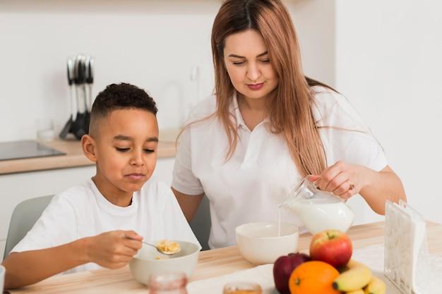Mãe cozinhando com seu filho