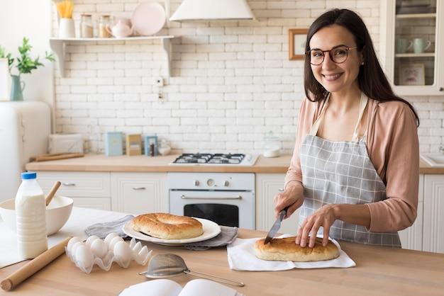 Mãe cozinhando em casa
