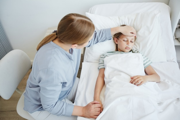 Mãe cuidando de criança doente no hospital