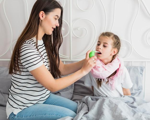 Mãe cuidando de sua filha doente