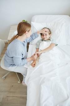 Mãe cuidando do filho doente