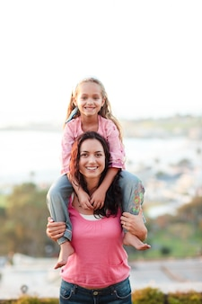 Mãe dando a sua filha pegajosa