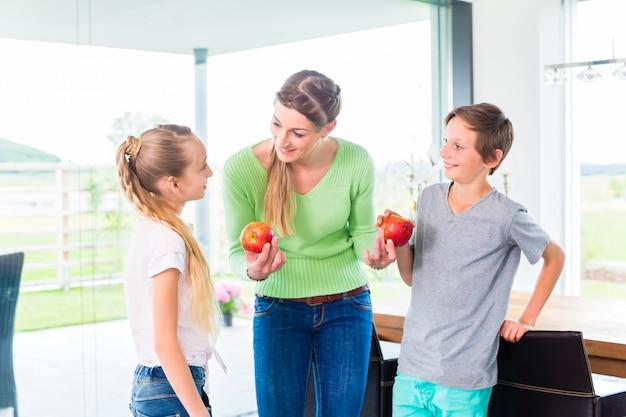 Mãe, dar, crianças, maçã, para, vida saudável