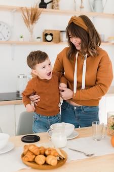 Mãe de alto ângulo com a criança na cozinha