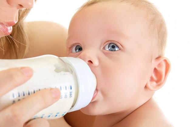 Mãe, dê, beba, seu, menino bebê, por, alimentando garrafa