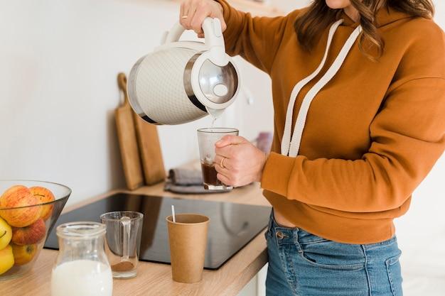 Mãe de close-up, preparando o café