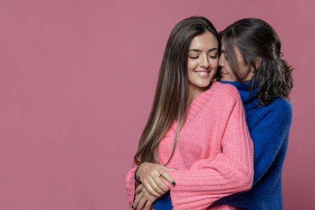 Mãe de cópia-espaço, abraçando a filha