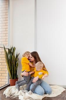 Mãe de cópia-espaço com crianças