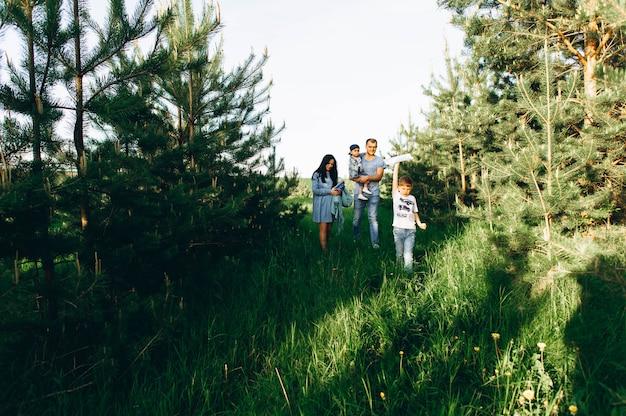 Mãe de pai de família e crianças no campo